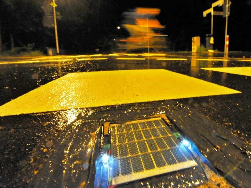 Leuchtendes Beispiel: Solar-Leuchten signalisieren nachts, dass Radler kreuzen.   | Foto: Michael Bamberger
