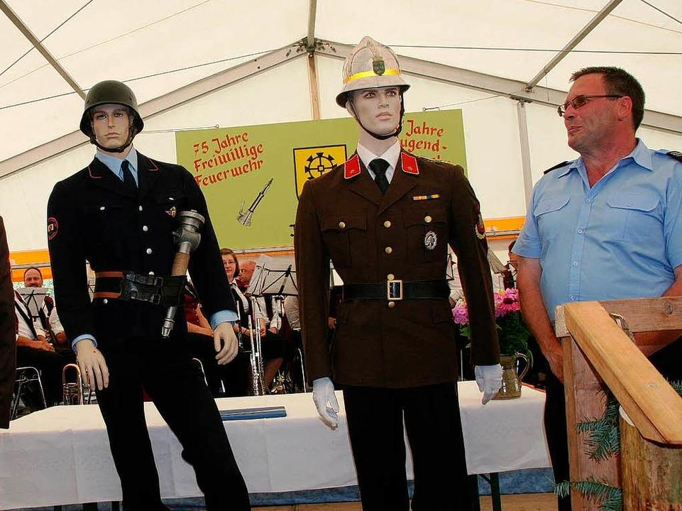 Andenken: Einen Feuerwehrmann in jewei... sich die Wehren Kürnberg und Kürnberg    Foto: Marlies Jung-Knoblich