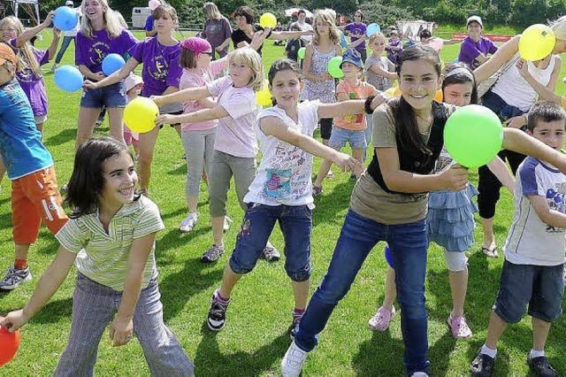 Hunderte Kinder spielen gerne mit
