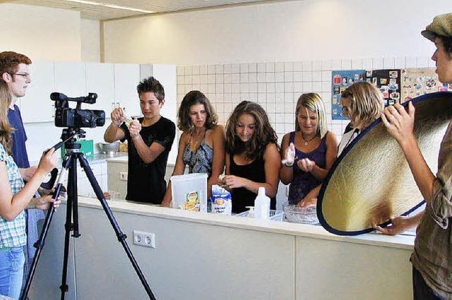 Schüler arbeiten zusammen, damit ein Film entsteht