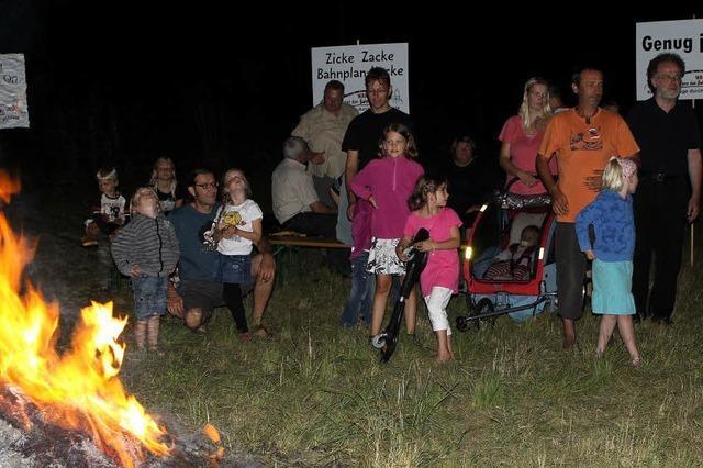 Mit einem Feuer erinnert BI Bahn an ihre Interessen