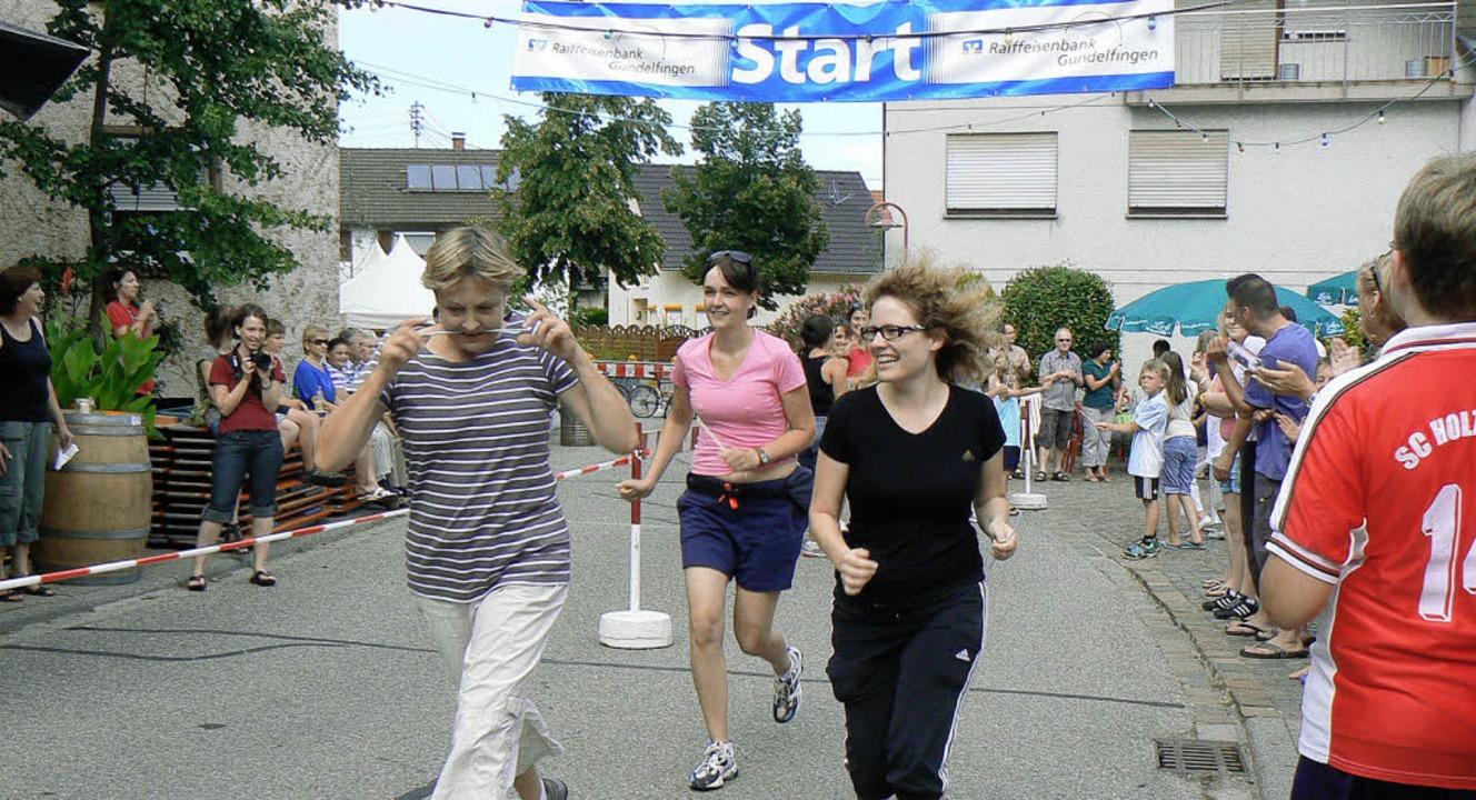 Mit viel Eifer und Spaß rannten die Erwachsenen beim Maxilauf viele Runden.   | Foto: terese ehrle
