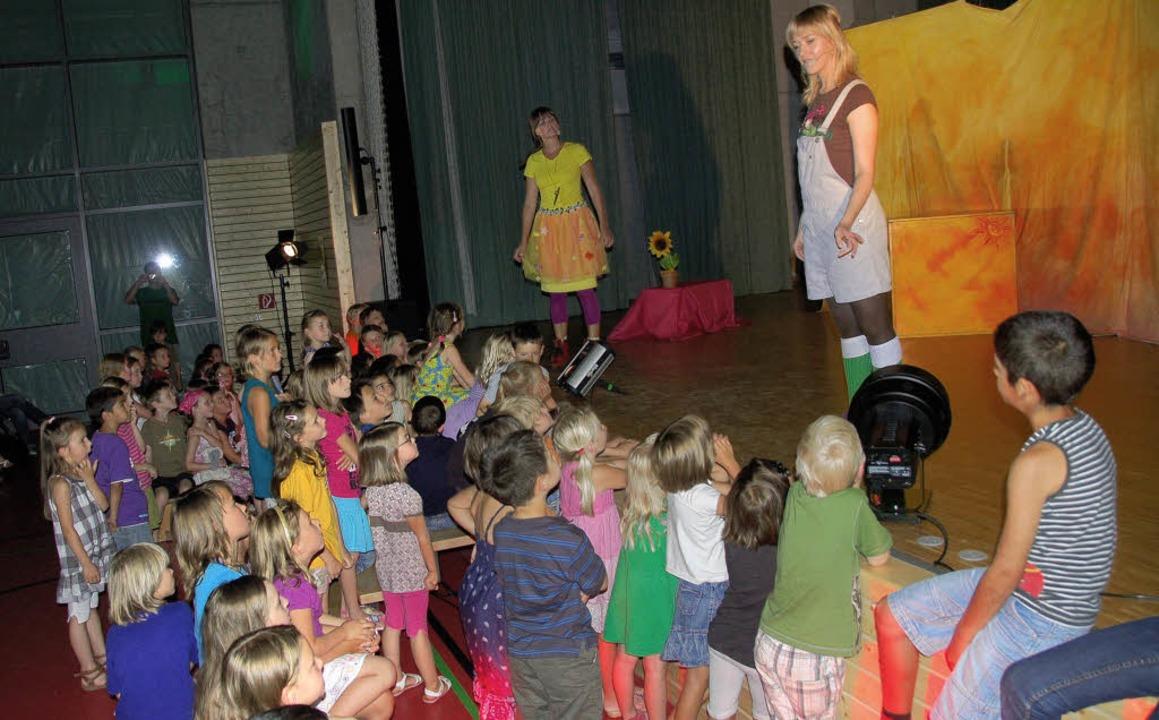 Die Ice-Girls begeistern als Krümel und Wurzel die Kinder.   | Foto: Umiger