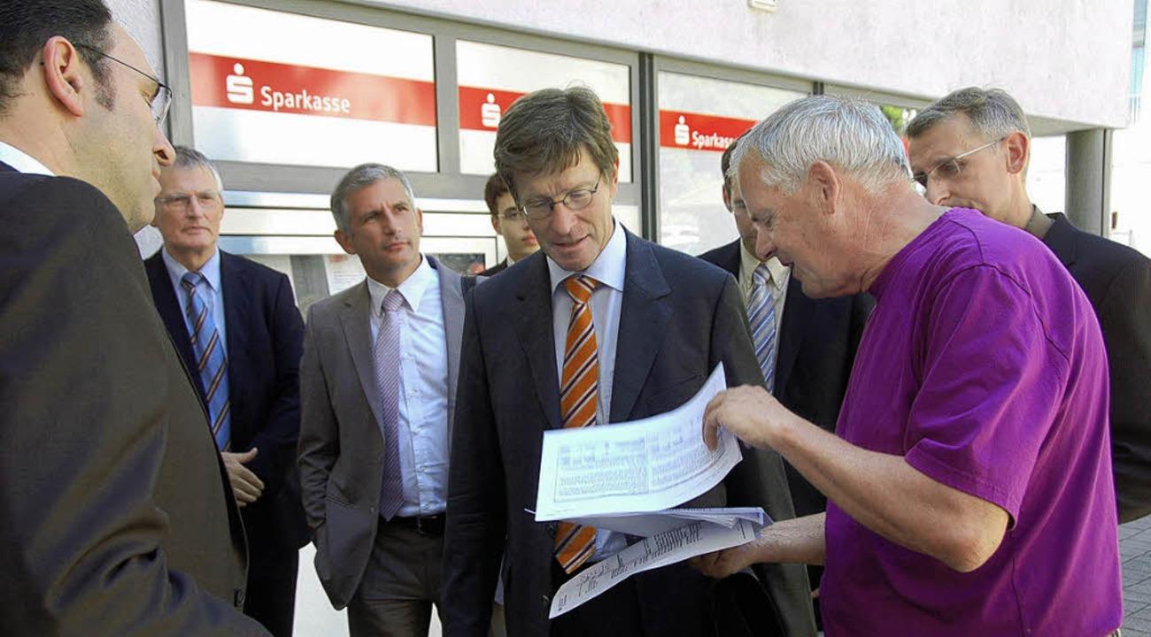 Rolf Zirlewagen zeigt Eckart Fricke (M...erlagen, die die Bypasspläne belegen.   | Foto: Peter Gerigk