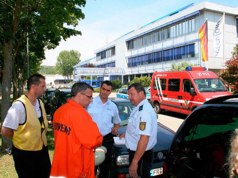 Feuerwehrkommandant Horst Höfflin besp...lb Stunden geräumte Peguform-Zentrale.  | Foto: Horst david