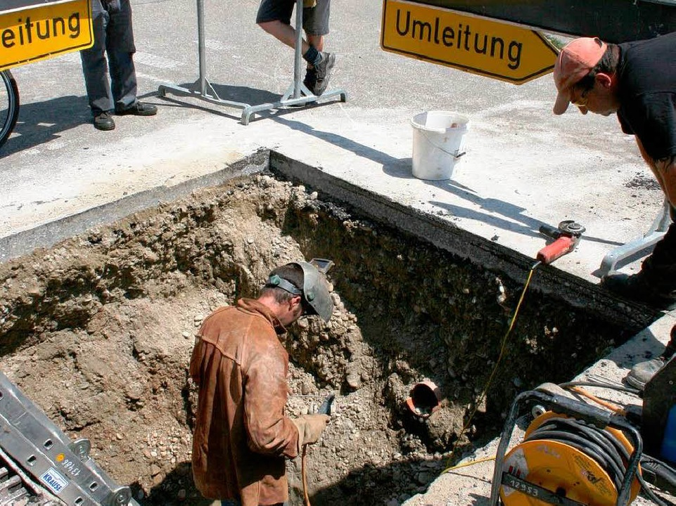 Ein Experte der Badenova bereitet die ...htung der freigelegten Gasleitung vor.  | Foto: Horst David