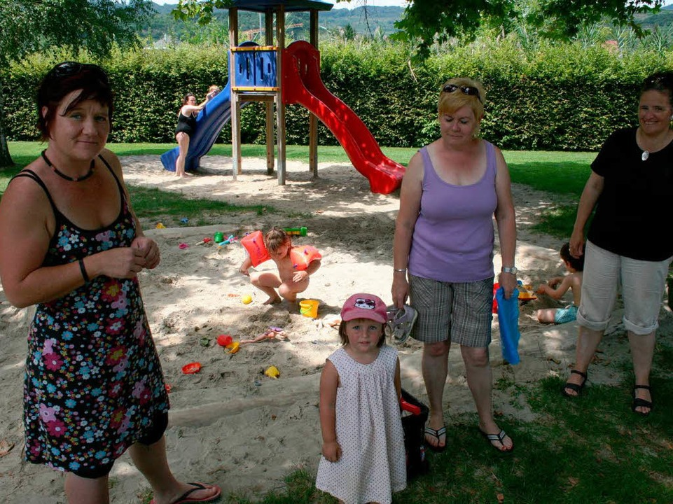Die Kinder des geräumten Kindergartens...n das nahe gelegene Freibadgelände um.  | Foto: Horst David