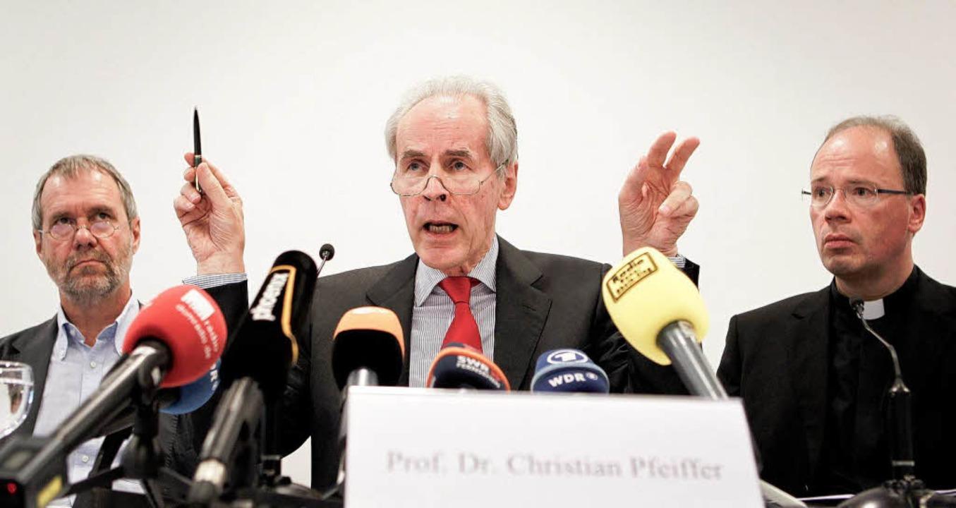 Norbert Leygraf, Christian Pfeiffer, Bischof Stephan Ackermann (von links)  | Foto: dapd