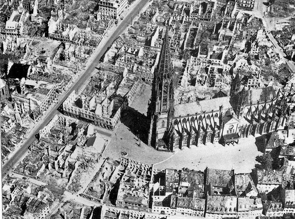 Damals: Luftbild von Freiburg  nach dem Angriff vom November 1944.   | Foto: Stadtarchiv Freiburg