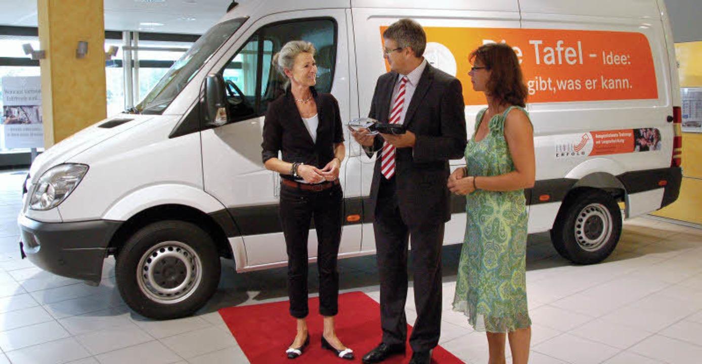 Fahrzeugübergabe (von links): Annette ...Volker Sebastian Speck,  Ursula Lange   | Foto: Clara RiefeRr