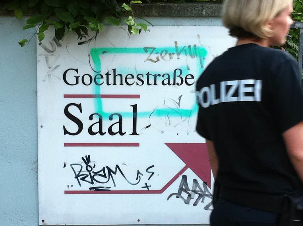 Das Haus, das einer evangelischen Einr...n Nachmittag von der Polizei umstellt.    Foto: Martin Pfefferle