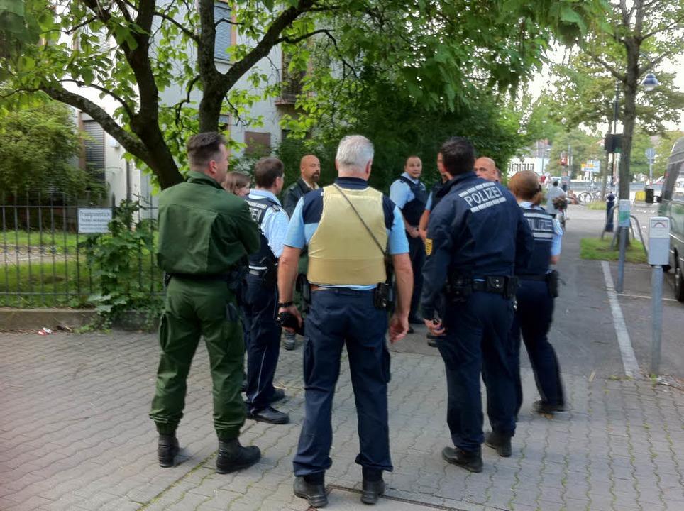Die Polizei beobachtete das Geschehen zunächst.    Foto: Martin Pfefferle