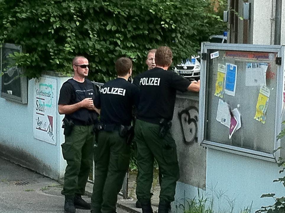 Die Polizei an der Goethestraße.    Foto: Martin Pfefferle