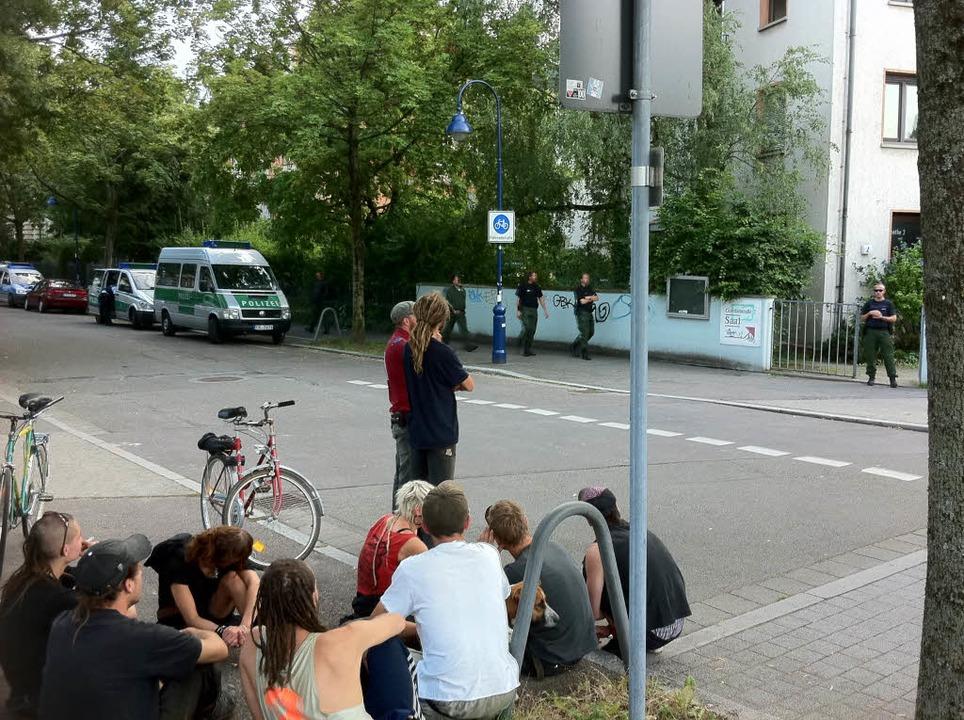 Zahlreiche meist Jugendliche beobachteten das Geschehen in der Goethestraße.    Foto: Martin Pfefferle