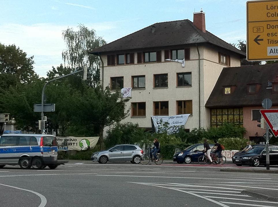 Das zwischenzeitlich besetzte Gebäude liegt direkt an der Kronenbrücke.    Foto: Martin Pfefferle