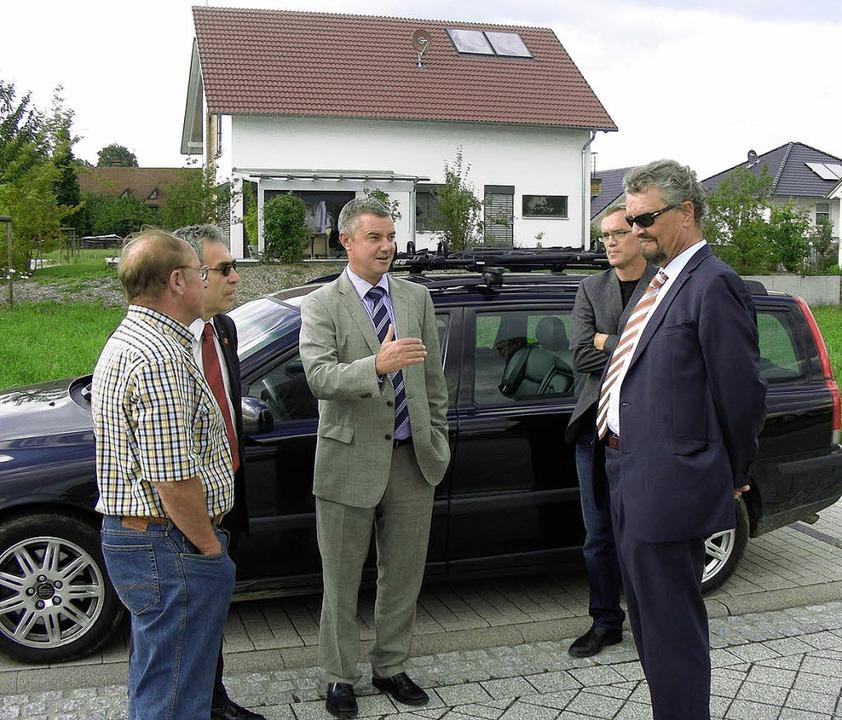 Bundestagsabgeordnete Gernot Erler (SP...rmeister Volker Kieber (Mitte) führt.   | Foto: Mario Schöneberg