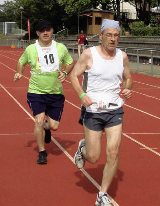 Auch Bürgermeister Rainer König (links) rannte kräftig mit.  | Foto: Silke Hartenstein