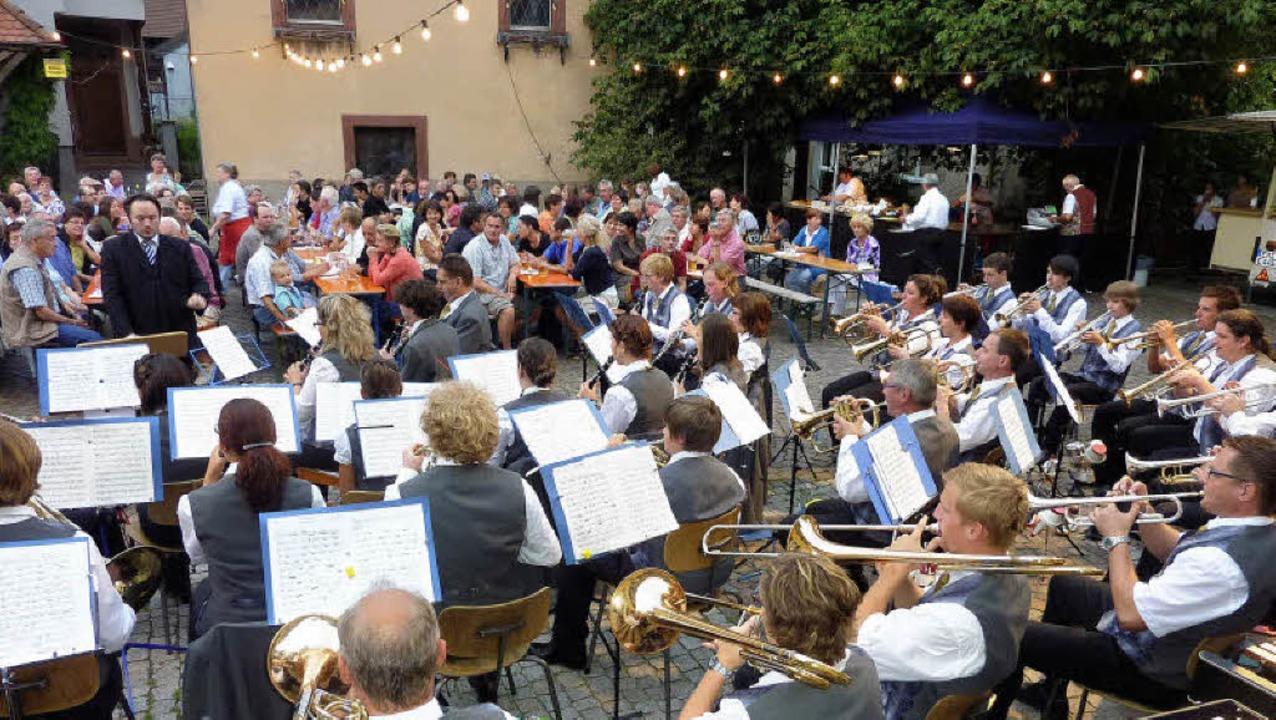 Dirigent Dirk Hausen hatte die richtig...ste auf dem Rathausplatz begeisterten.    Foto: Karlernst Lauffer