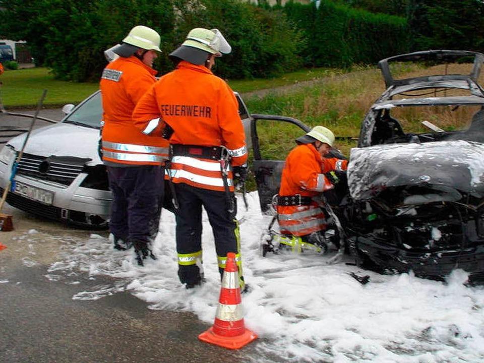 Mit Löschschaum deckte die Marcher Feu... das zweite Unfallauto, ein VW Passat.  | Foto: Feuerwehr