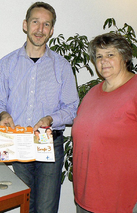 Reiner Janke und Ursula Schmitthenner mit dem  Flyer zu Konfi 3.  | Foto: teresa ehrler