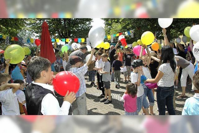 Buntes Fest mit vielen Liedern, Tänzen und Theaterstücken