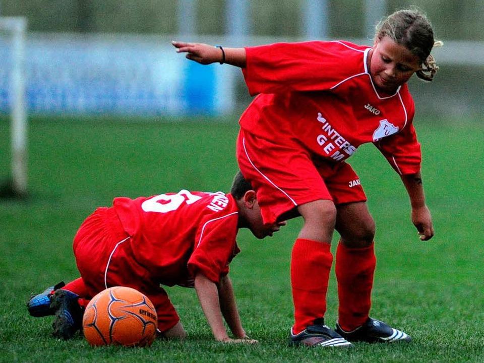 Beim Kinderfußball wird mit Haken und ...pft – vor allem neben den Platz.  | Foto: Meinrad Schön