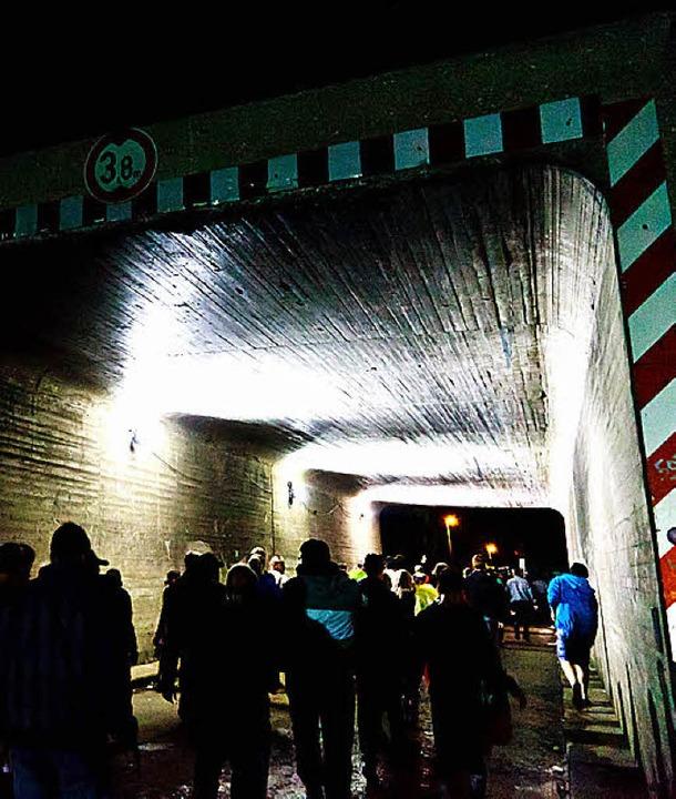 Der Weg durch den Tunnel zu den Bussen   | Foto: dominic Rock