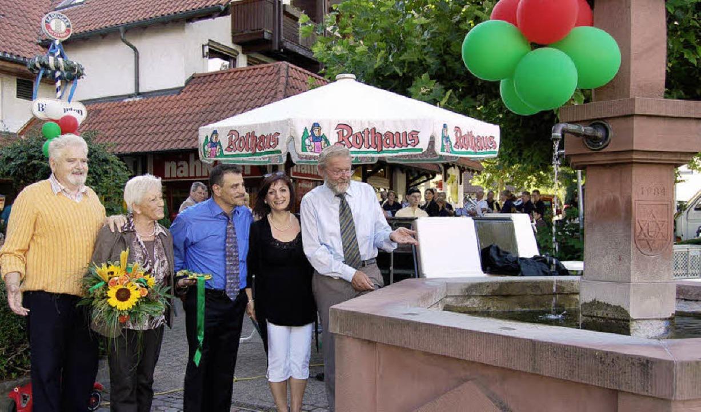 Präsentieren den Brunnen in neuem Glan...ore Laisa, Christine und Karl Löffler   | Foto: Petra Wunderle