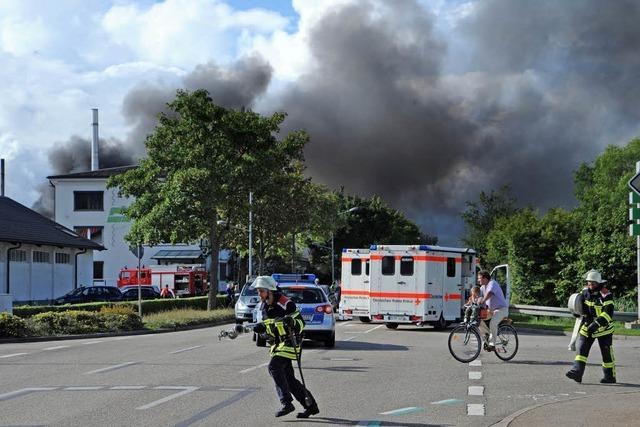 Bitumen-Pappe brennt – Feuer in den Gutta-Werken