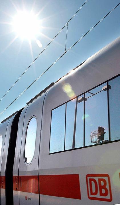 Die Sonne brennt, der Zug heizt sich a... eine Herausforderung für die Technik.  | Foto: dpa