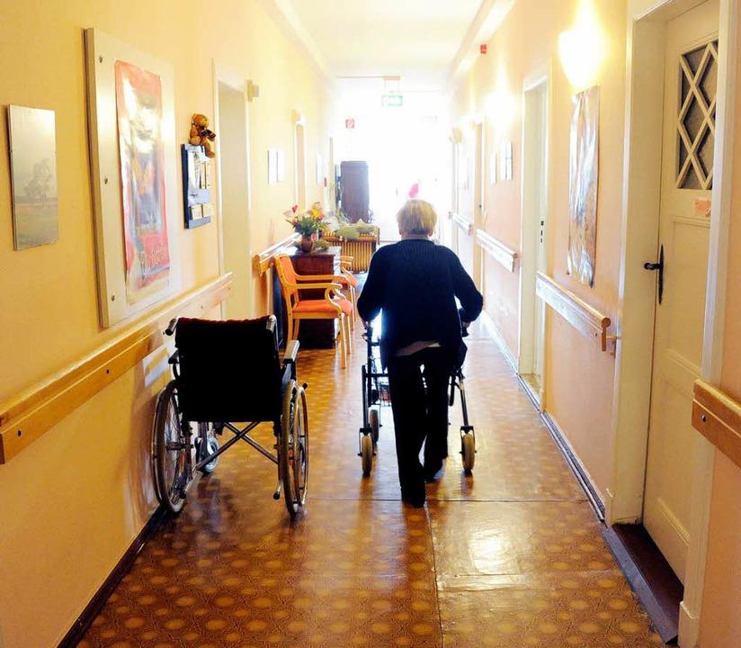 Personalknappheit in Heimen: Eine Pfle...hatte deswegen Strafanzeige erstattet.  | Foto: dpa