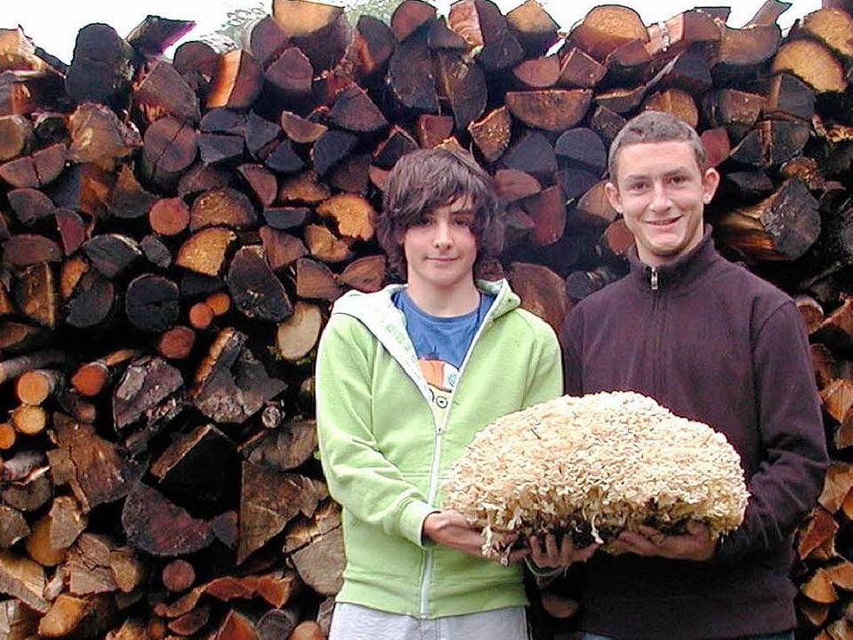 Dieses  5,7-Kilogramm schwere Prachtex...a und David Baumann (von links) heim.     Foto:  WOLFGANG ADAM