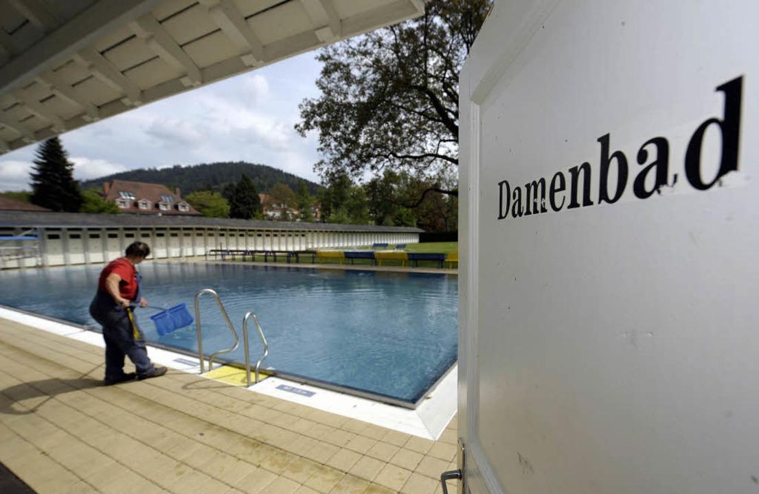 Hinter der weißen Tür liegt eine ander...8211; Deutschlands einziges  Damenbad.  | Foto: ddp/BZ