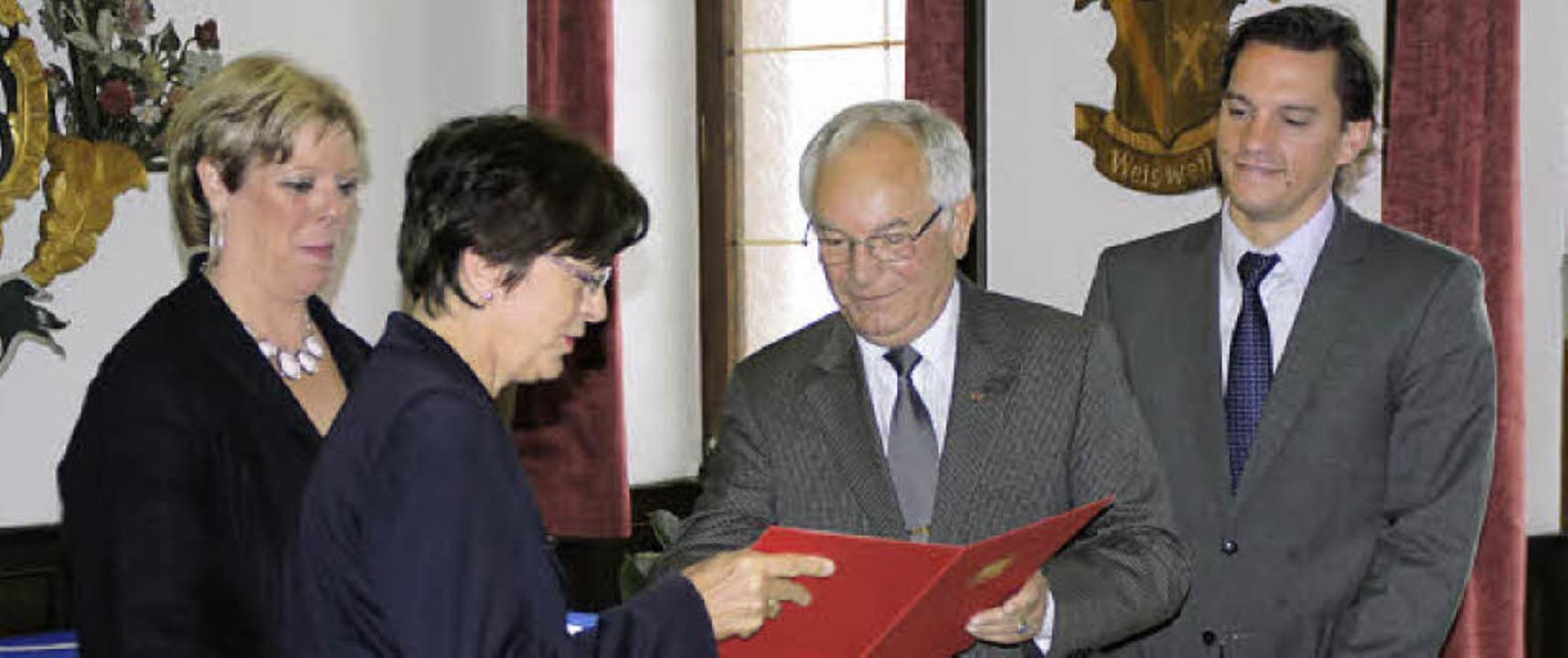 Karl Nicola erhielt eine Ehrenurkunde ...atio auf  den Parteijubilar hielten.      Foto: Ilona Hüge