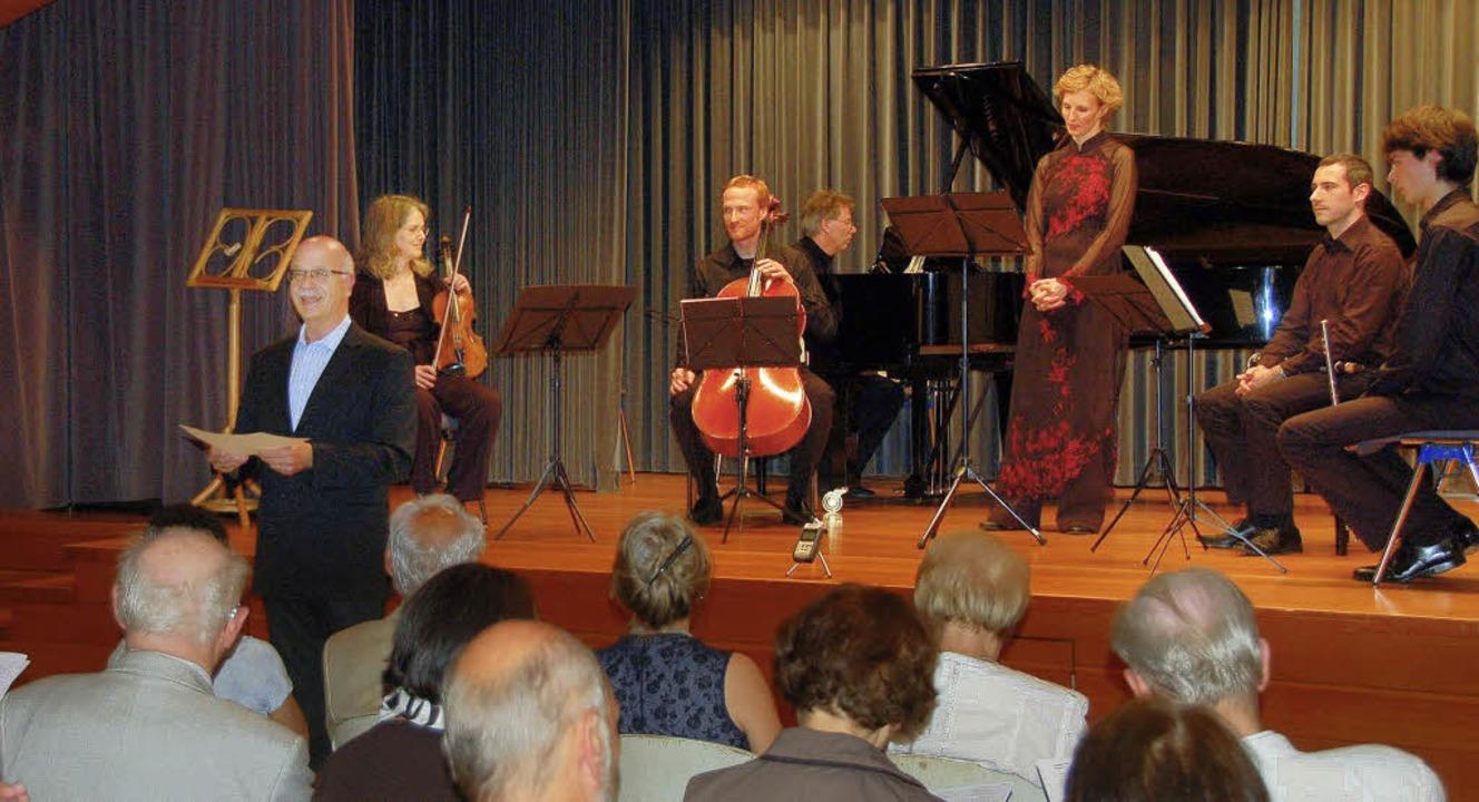 Das Ensemble Anprall gastierte  beim K...ald Holzmann (vor der Bühne stehend).   | Foto: F.Kiefer