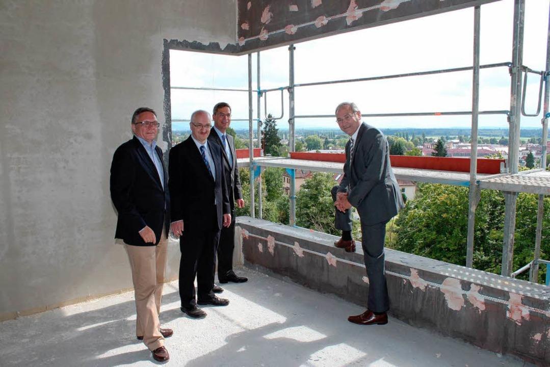 Beeindruckender  Ausblick: Architekt D...) im obersten Stock des neuen Gebäudes  | Foto: hans-jürgen truöl