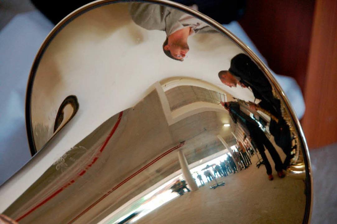Im Flügelhorn spiegelt sich die Gästeschar  | Foto: hans-jürgen truöl
