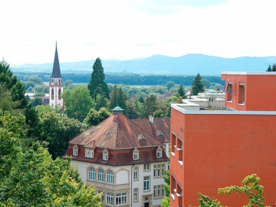 Blick aus dem neuen Gebäude: Rechts da...kirche, im Hintergrund der Kaiserstuhl  | Foto: hans-jürgen truöl