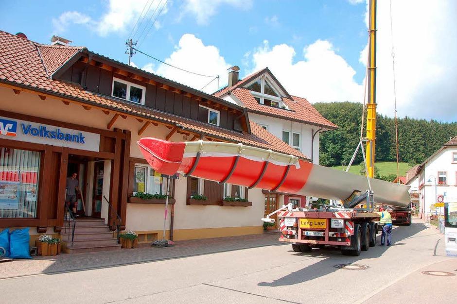 """Die """"Hebeaktion"""" für die Windradflügel interessierte am Freitagmorgen viele Biederbacher (Foto: Bernd Fackler)"""