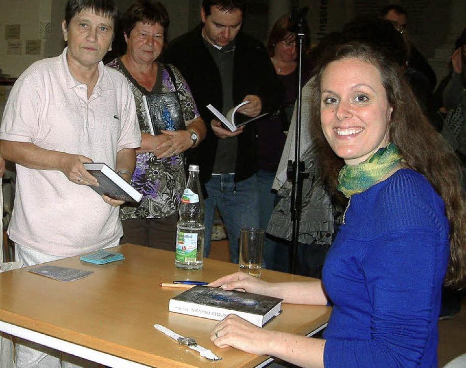Mehr als 70 Zuhörer kamen zur Premiere...stina Förster in die Stadtbibliothek.   | Foto: Roswitha Frey