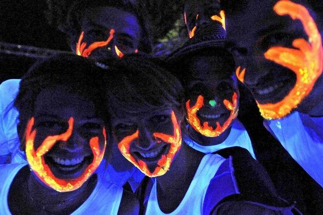 Schwarzlicht und Slackline: Leuchtsportnacht an der Dreisam