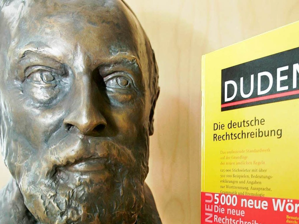 Konrad Duden und das Buch, das seinen Namen trägt  | Foto: dpa