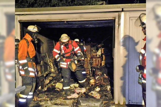 Feuer zerstört Einrichtung einer Garage