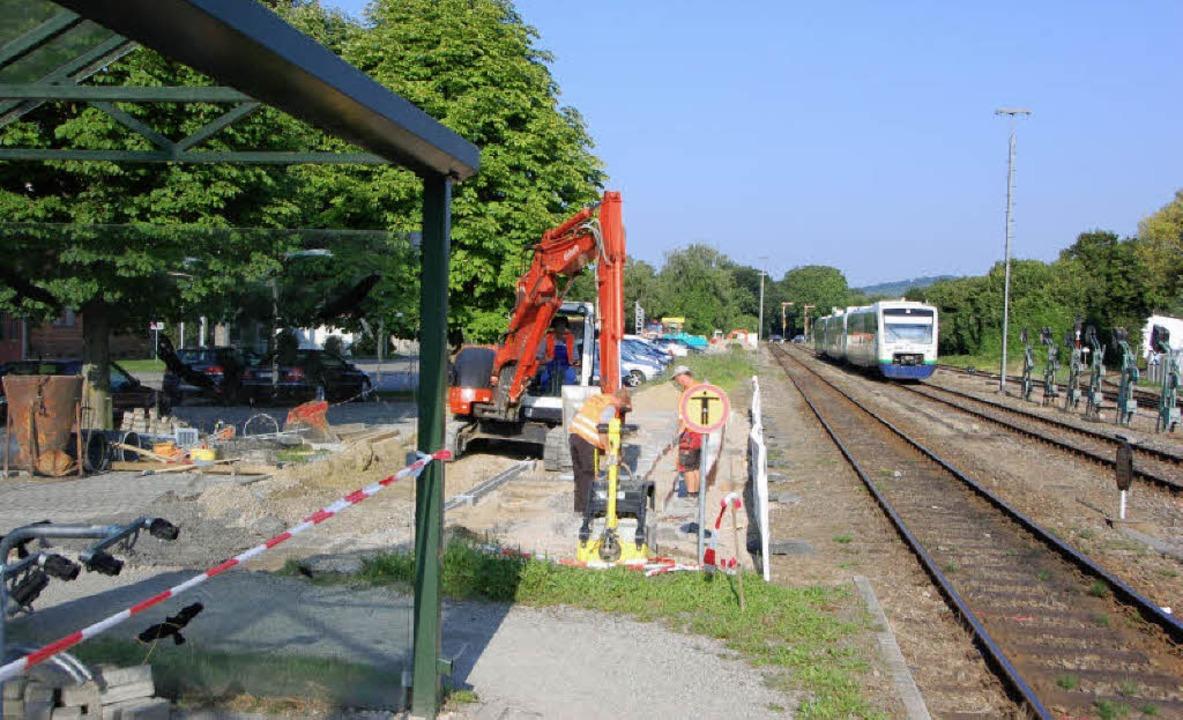 Begonnen haben die Arbeiten für die Ve... Bahnsteigen 2 und 3 versetzt werden.   | Foto: mario schöneberg