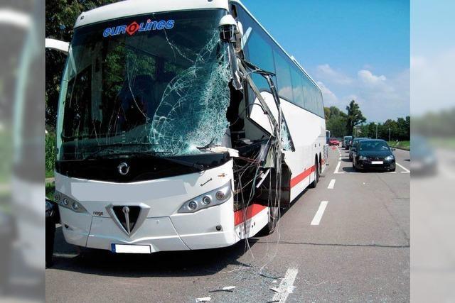 Bus gegen Anhänger