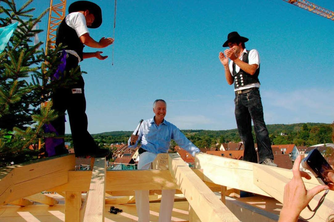 Ein glückstrahlender Bauherr: Gerwin P...hgebälk, die Zimmerleute applaudieren.  | Foto: Sylvia-Karina Jahn