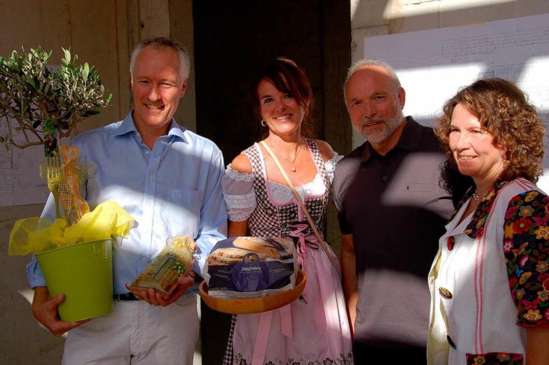 Ein Olivenbäumchen, Brot und Salz als ...rwin Platz und dessen Ehefrau Cornelia  | Foto: Sylvia-Karina Jahn