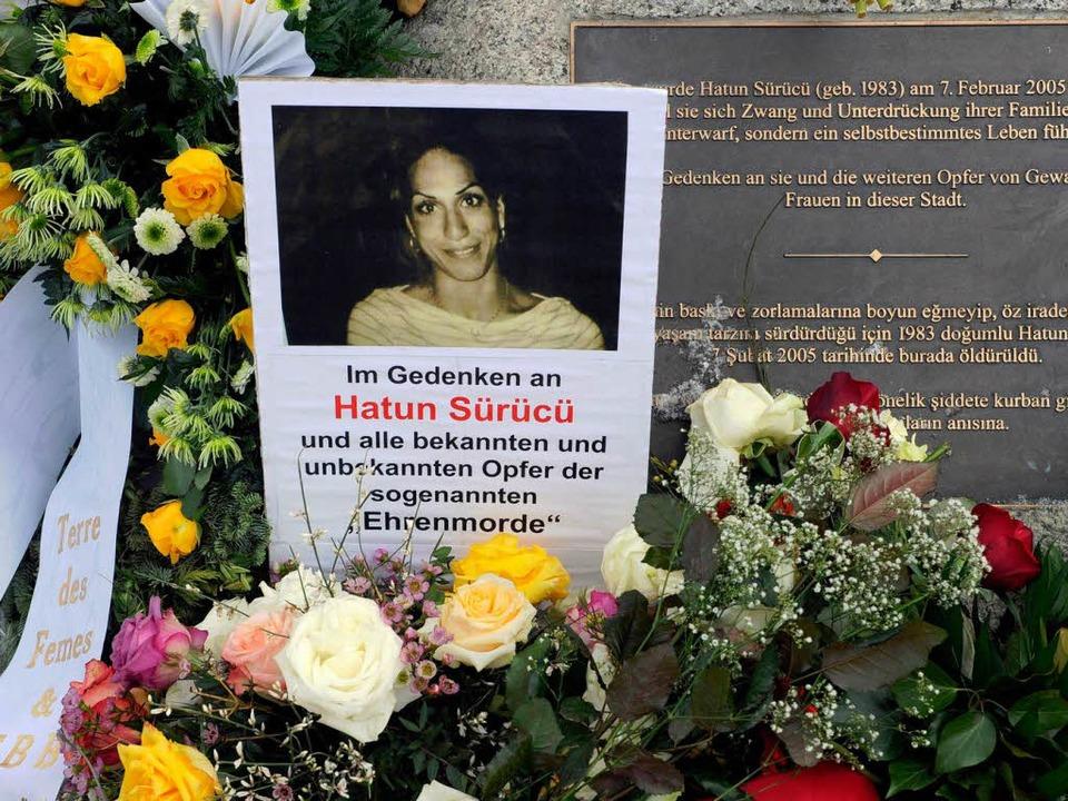 Gedenkstein mit Blumen:  Hatun Sürücü ... –  weil sie wie eine Deutsche l  | Foto: dpa