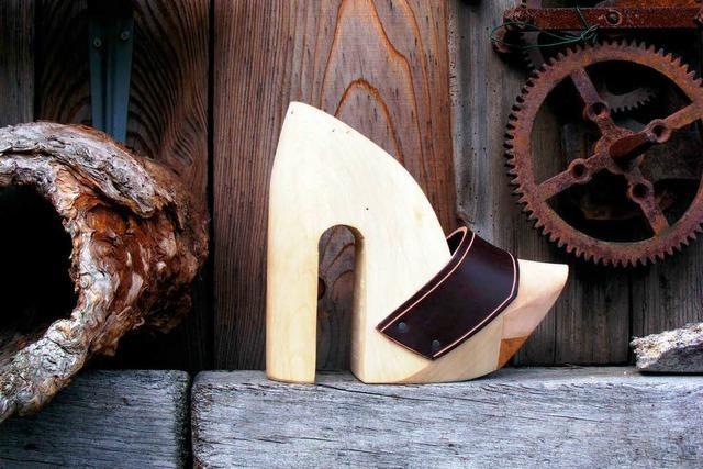 Holzschuhmacher schnitzt auch High Heels