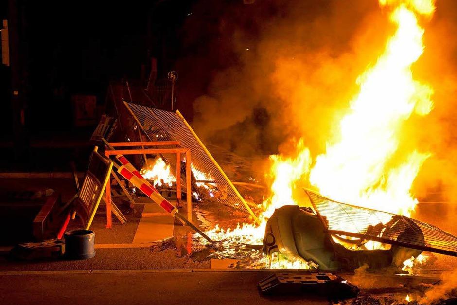 Gewalt und brennende Barrikaden rund um die Wagenburg Rhino im Freiburger Stadtteil Vauban (Foto: Dominic Rock)